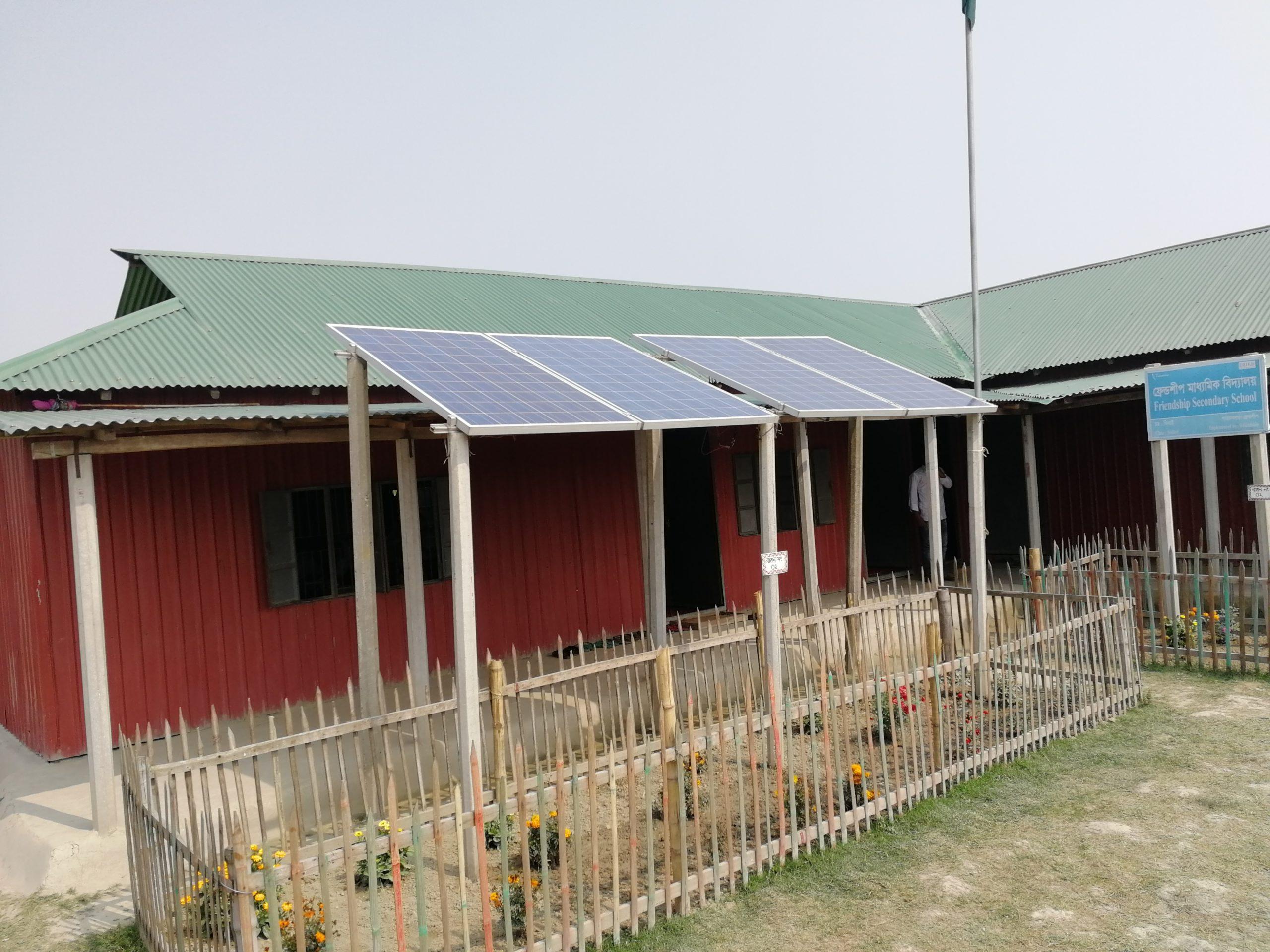 Solceller framför en skola i Bangladesh
