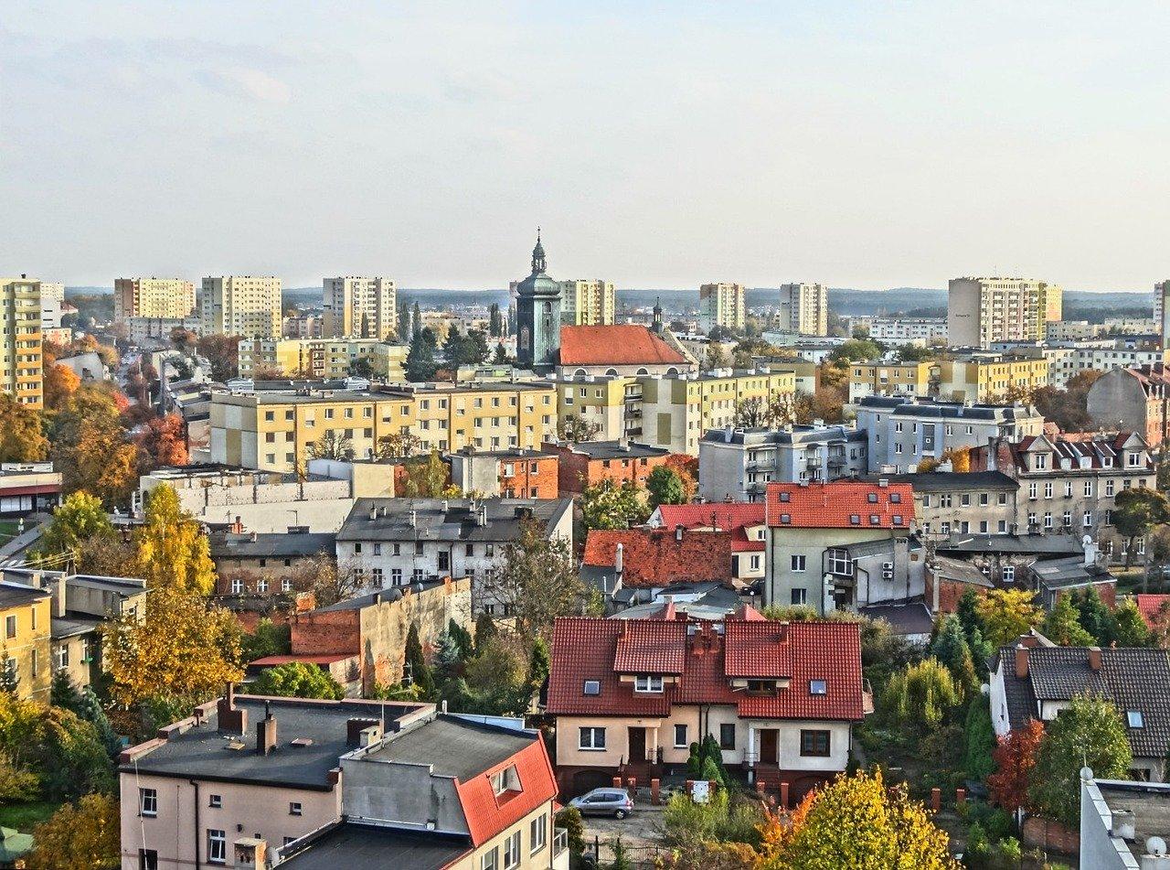 Ett flygfoto över ett bostadsområde med flerbostadshus.
