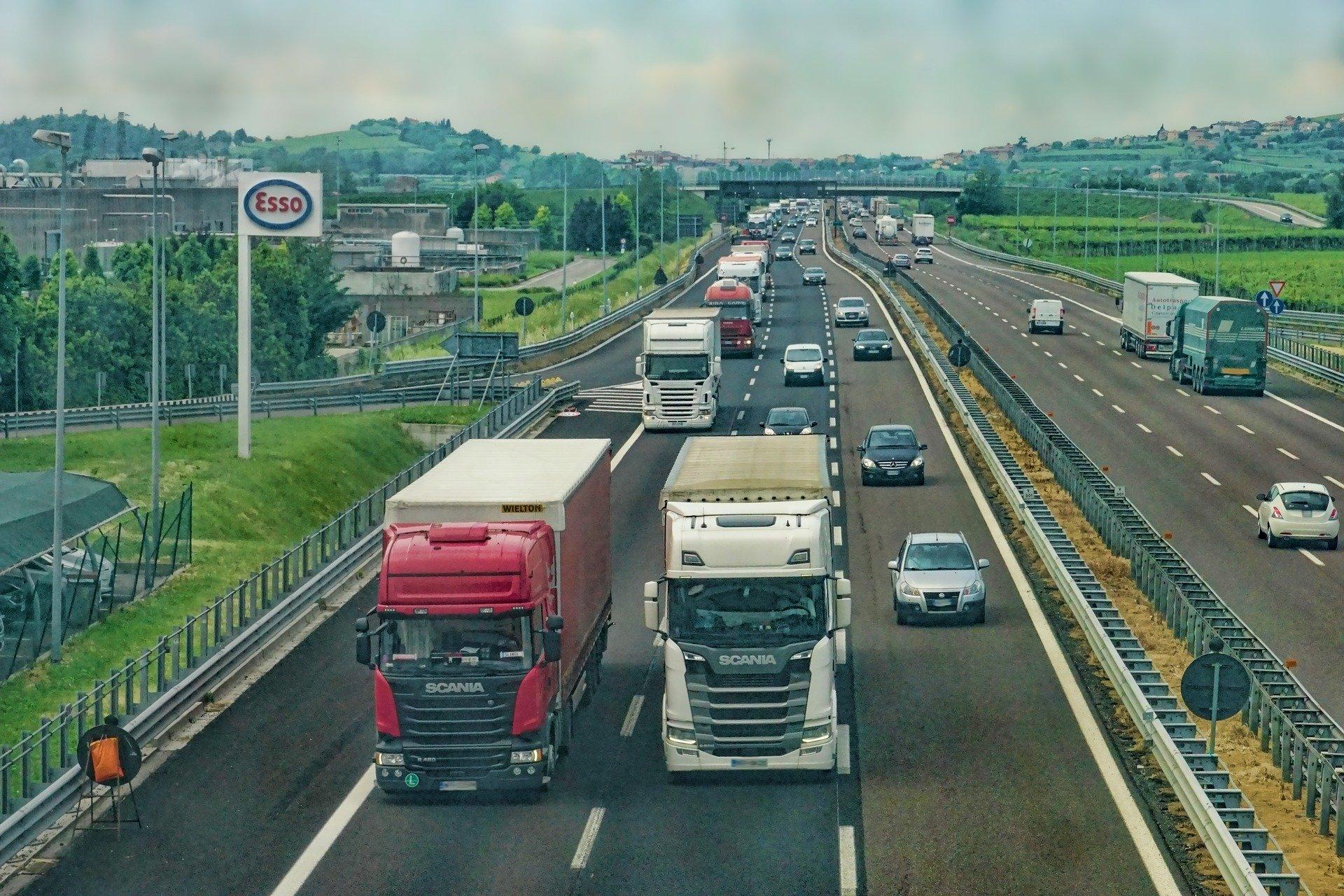 Väg med flera körfiler och med många bilar och lastbilar.