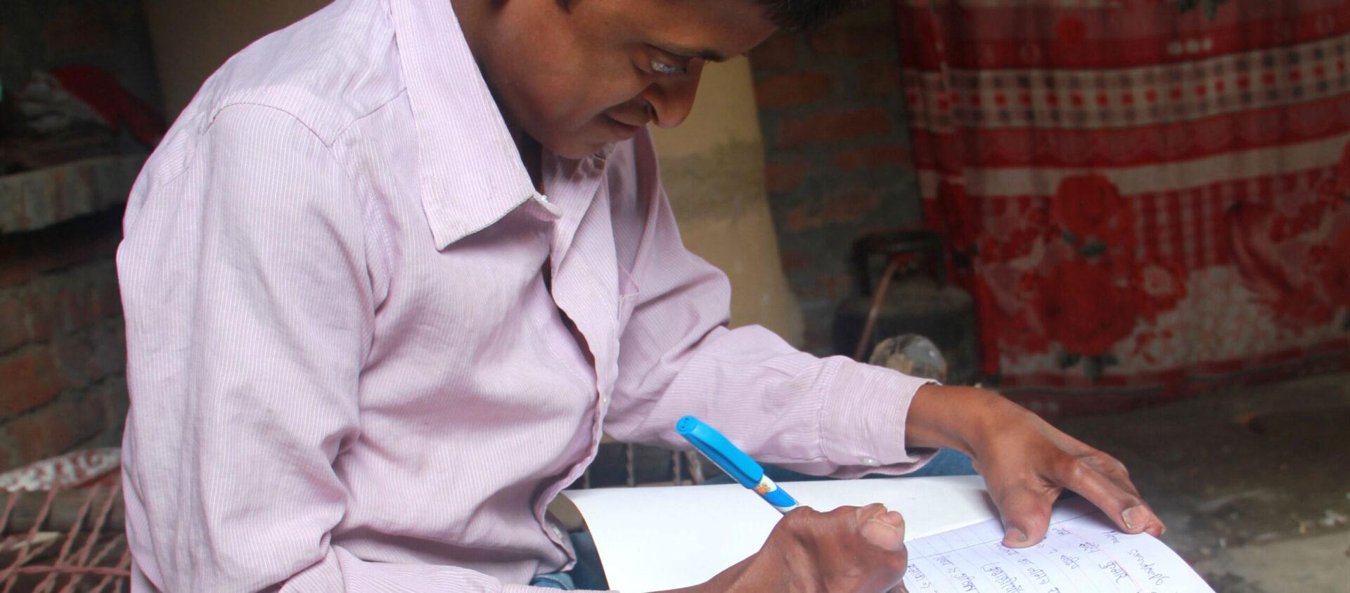 Sandeep som skriver läxorna