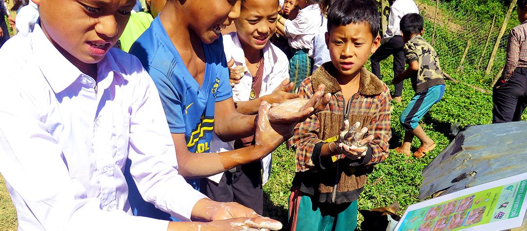 Barn i Laos tvättar händerna