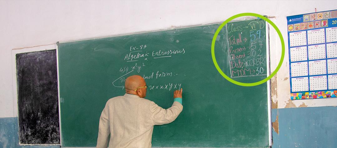 Rafiki besökte klass 5d i Ranchi. Där står det MDM 30 på tavlan. Det är hur många elever som ska äta lunch idag. Då slipper skolan kasta mat