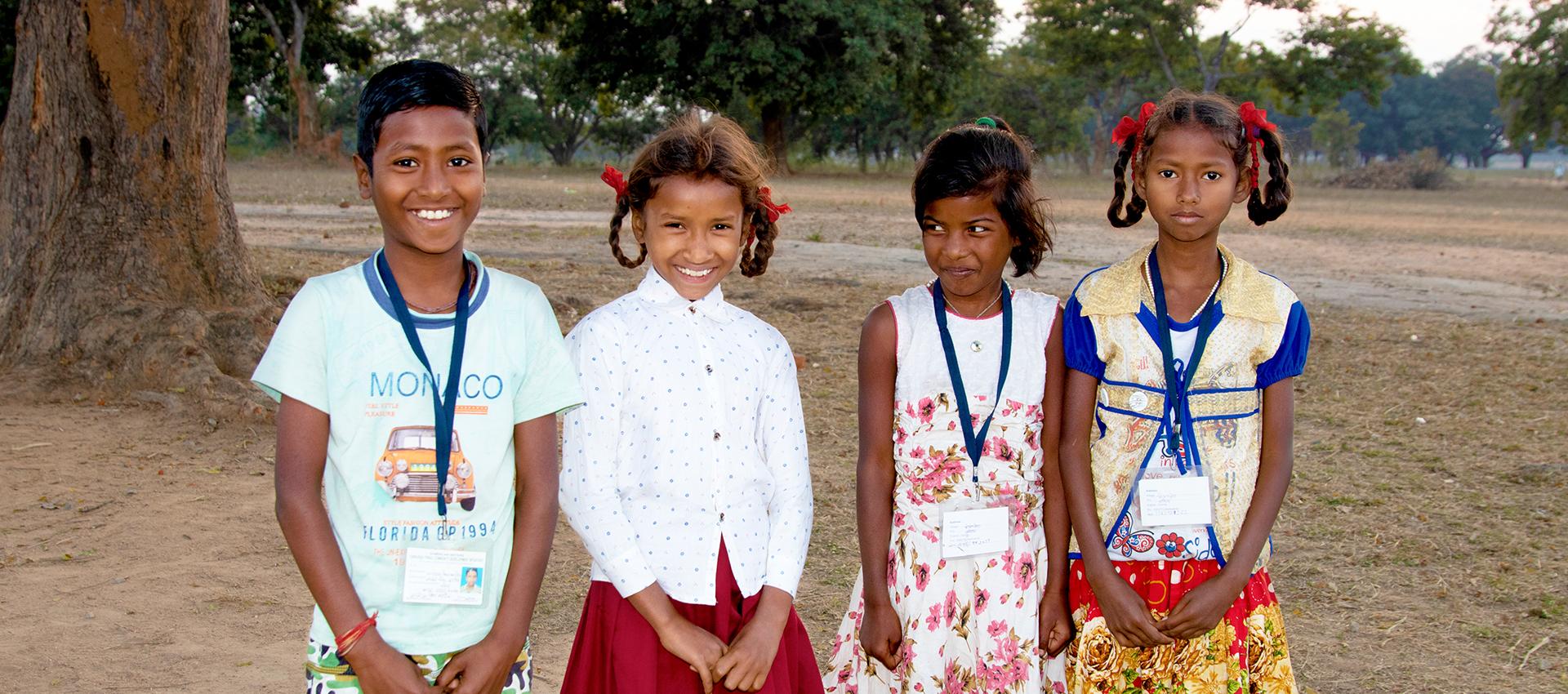 Roshni och Choti är kompisar. De deltar i ett barnparlament och gör bra saker för andra barn.